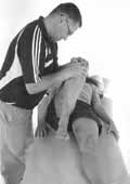Во время теста (Scour–Test) терапевт поворачивает ногу пациента с компрессией: сгибание/приведение (а), сгибание/отведение (б) при 80° и 110°